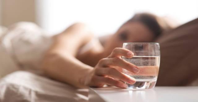 La hora mágica a la que si bebes agua, adelgazas (y con qué acompañarla)